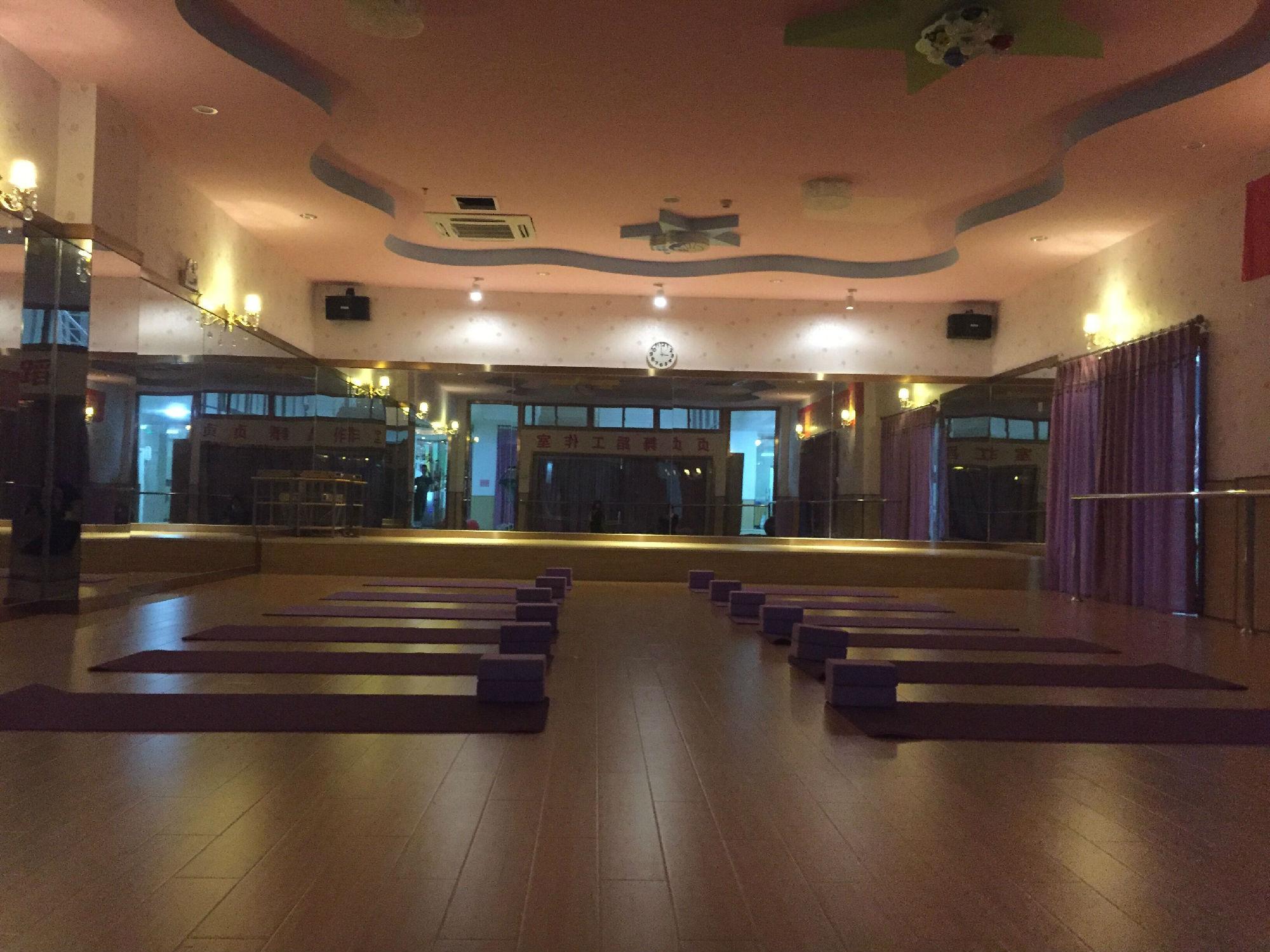 莆田市荔城区贞贞舞蹈工作室是莆田唯一一家和香港金豆苗国际教育集团合作的专业舞蹈工作室,包括肚皮舞(中东肚皮舞为主)、爵士舞、瑜伽、健美操、街舞等,拥有多位有多年从事专业舞蹈、瑜伽形体培训具备教学经验的优秀教练。 环境优势:贞贞舞蹈工作室坐落在香港金豆苗国际教育中心内部,配备德国Nabertherm空气循环系统,保证会馆内24小时享有新鲜空气,拥有独立更衣室、干净舒适的休闲区、免费wifi上网,周边树林环抱,拥有超大停车场,一体化客户体验,用环境打造态度。 舞馆图片: 相关视频: